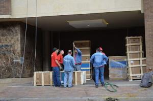Huacales listos para izar por fachada con el elevador electro-hidraulico de Movilizando a Colombia