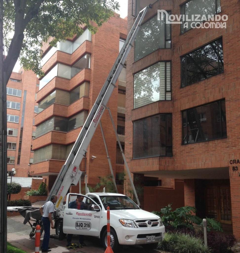 Grúa para realizar mudanzas por fachada en Bogotá.