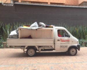 Camioneta con plataforma para agilizar el cargue y descargue de mudanzasen Bogotá
