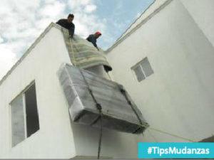 subida riesgosa e imprudente de un mueble por el exterior de una construccion