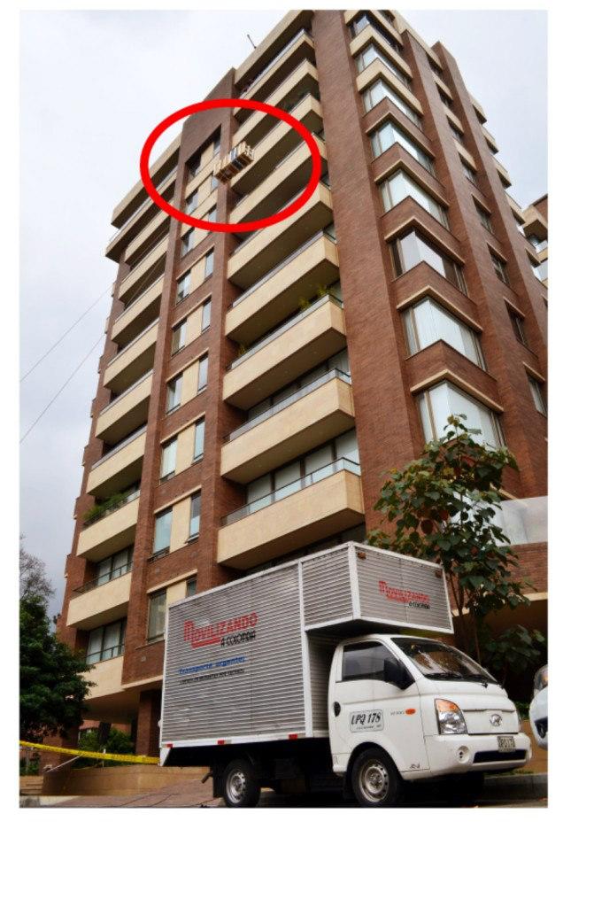 Subida de un electrodomestico empacado en una caja de madera hasta un piso 11 por el frente de un edificio